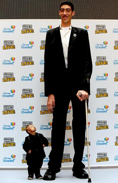 worlds tallest man meets the shortest person in the world Picture of the Day   January 14, 2010
