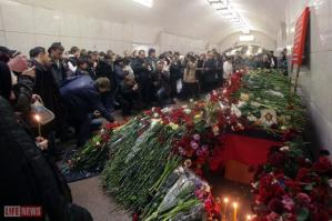 moscow subway bombing flowers mourners gather roses moscow subway bombing flowers mourners gather roses