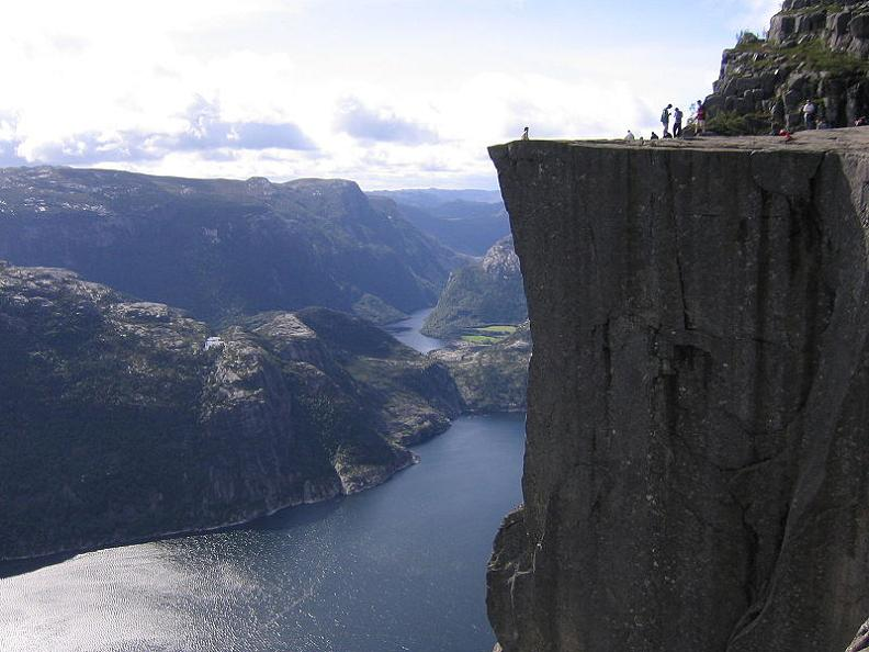 pulpit-rock-in-norway-side-view