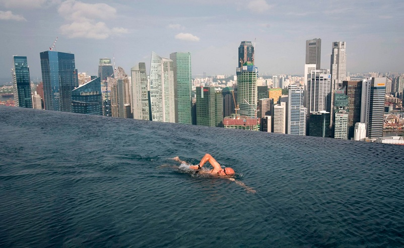infinity pool at top of marina bay sands hotel singapore Picture of the Day   July 13, 2010