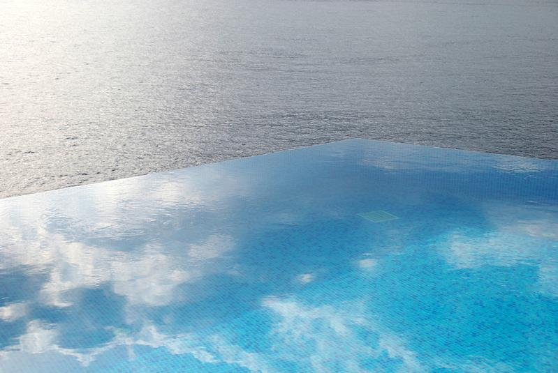 infinity-pool-reflecting-the-sky-hotel-villa-mahal-in-turkey.jpg