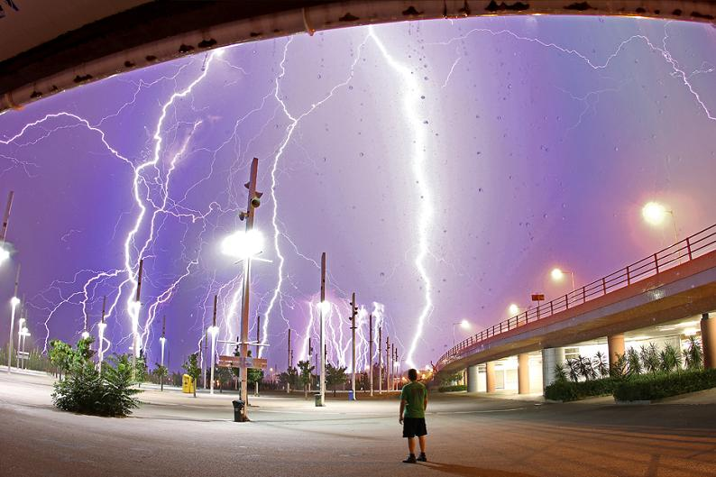 multiple lightning bolts striking Picture of the Day   Lightning Crashes