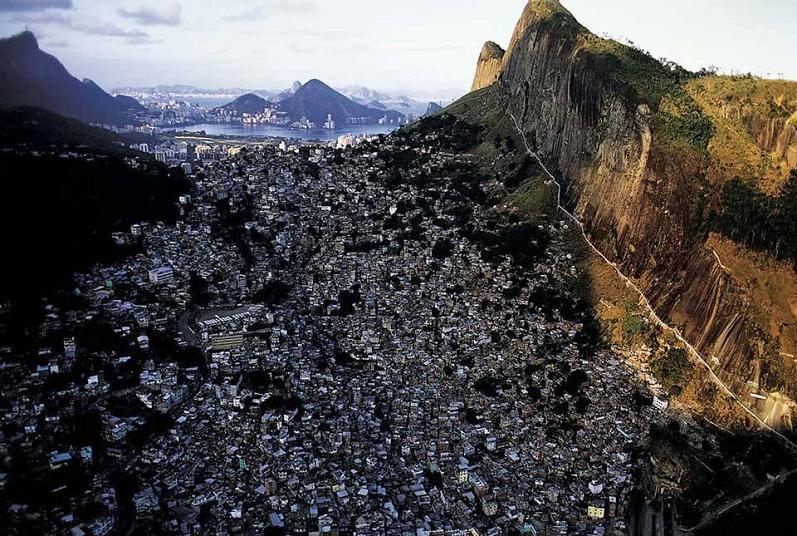 favelas-rio-de-janeiro-aerial-yann-arthus-bertrand