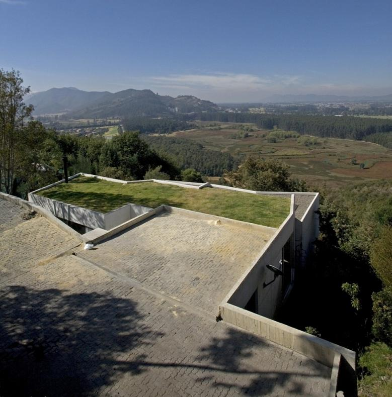 house on a steep hill green living roof plan b arquitectos giancarlo mazzanti 5 Beautiful Home on a Steep Hill with Incredible View [14 pics]
