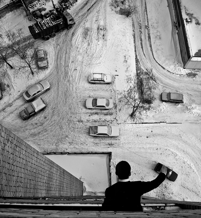 leaning out window moving cars below Picture of the Day: Forced Perspective