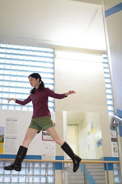 japanese girl levitates natsumi hayashi 1 Natsumi Hayashi: A Life of Levitation [25 pics]