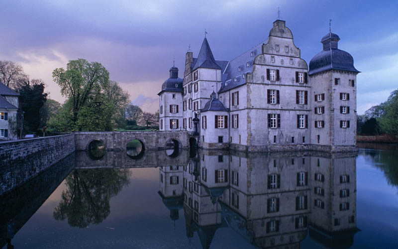 bodelschwingh castle dortmund germany moat surrounded by water 20 Impressive Moats Around the World