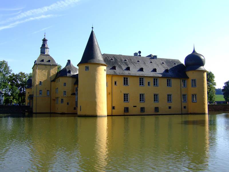 burg gudenau moat 20 Impressive Moats Around the World