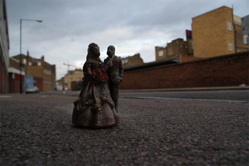 cement miniature sculptures artist isaac cordal 12 Cleverly Placed Miniature Cement Sculptures by Isaac Cordal