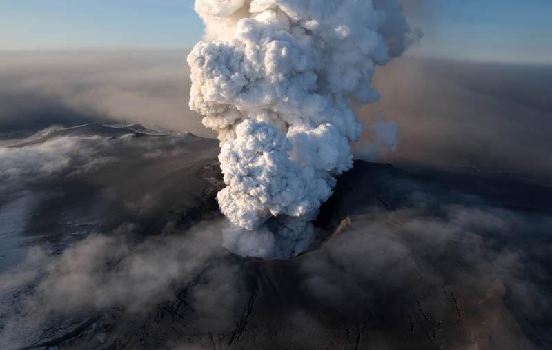eyjafjallajokul iceland volcano eruption smoke plume 2010 30 Incredible Photos of Volcanic Eruptions