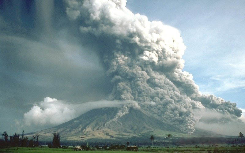 pyroclastic flows at mayon volcano philippines 1984 30 Incredible Photos of Volcanic Eruptions