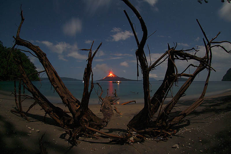 صور أبداعية غايه في الروووووعه!!!! krakatau-erupting-fr