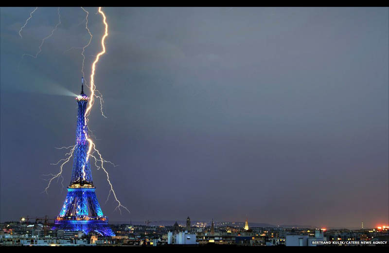 lightning striking the eiffel tower Picture of the Day: Sacrebleu! Lightning Strikes the Eiffel Tower