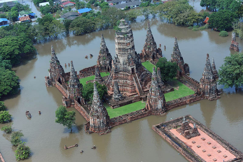 flooding in thailand wat chaiwatthanaram temple ayutthaya thailand Picture of the Day: Flooding in Thailand