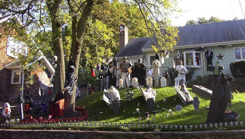 halloween front yard displays setups 5 15 Awesome Front Yard Halloween Displays