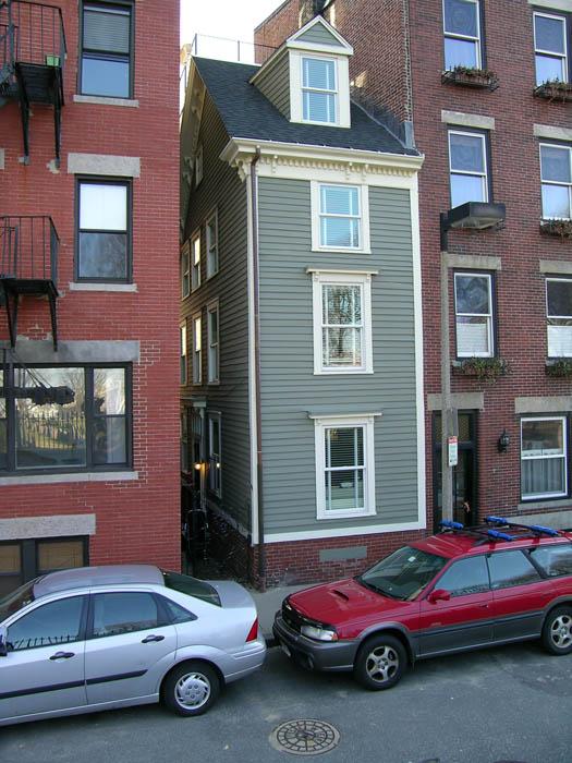 skinny house boston 8 Homes Built Out of Spite