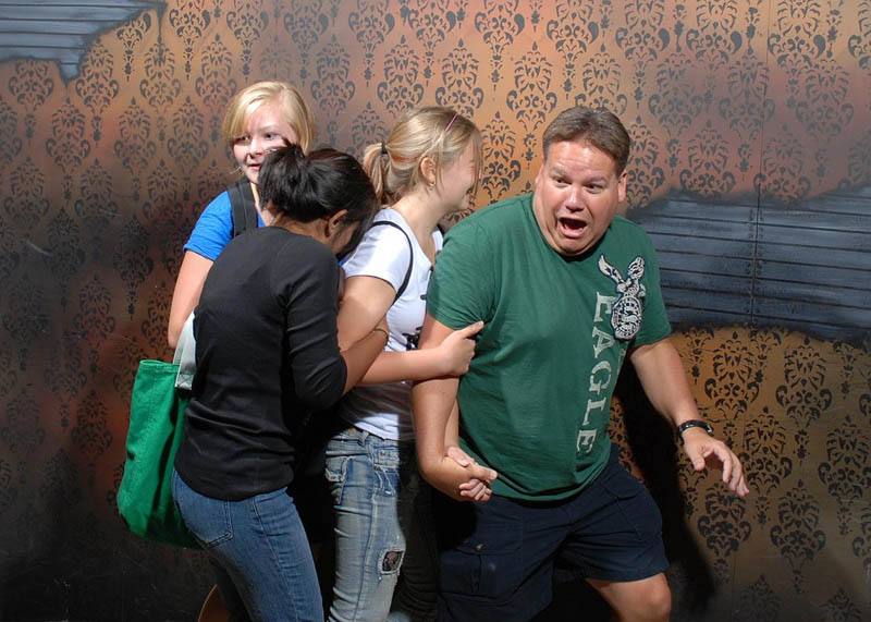 terrified people at nightmares fear factory 18 21 Hilarious Pics of Terrified People at Nightmares Fear Factory