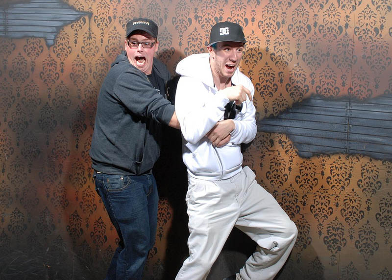 terrified people at nightmares fear factory 2 21 Hilarious Pics of Terrified People at Nightmares Fear Factory