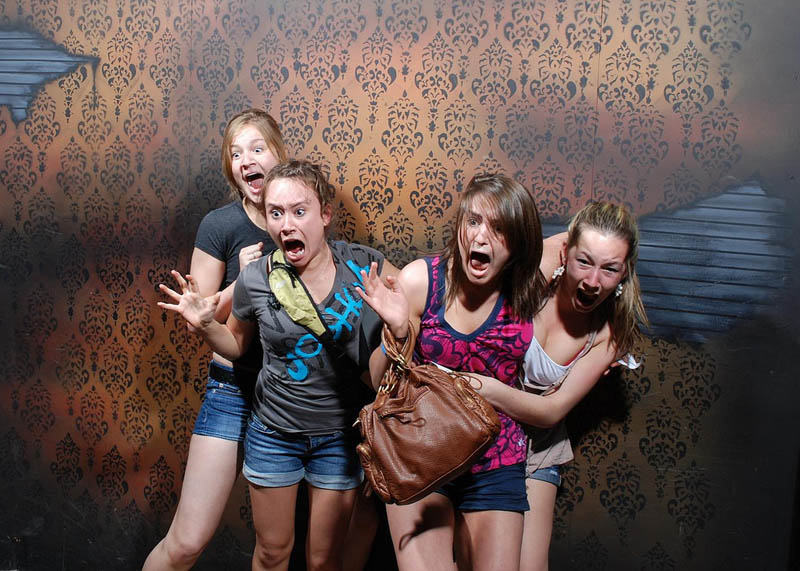 terrified people at nightmares fear factory 5 21 Hilarious Pics of Terrified People at Nightmares Fear Factory