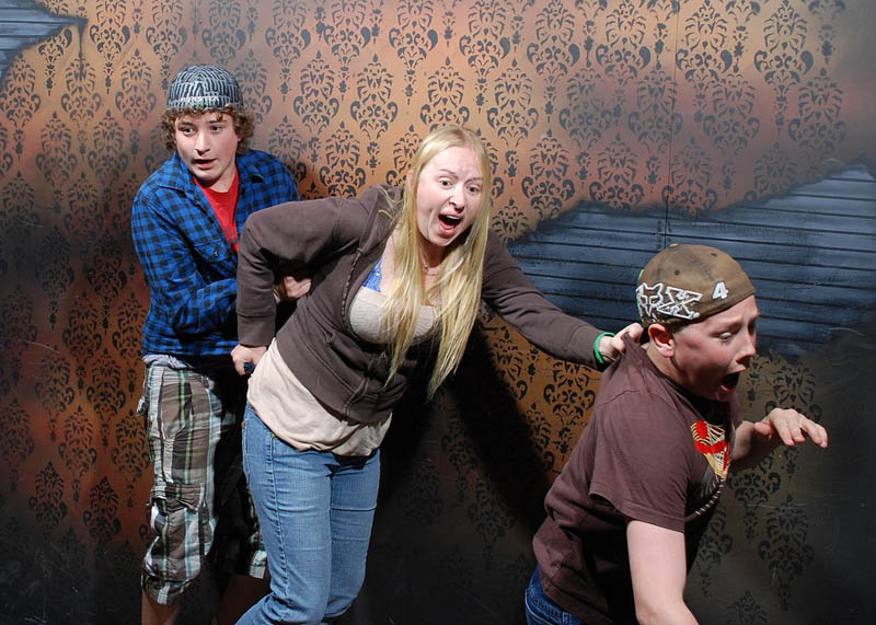 terrified people at nightmares fear factory 6 21 Hilarious Pics of Terrified People at Nightmares Fear Factory