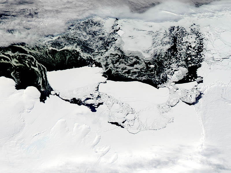 collision calves iceberg mertz glacier antarctica from space 15 Mind Blowing Featured Images by NASA