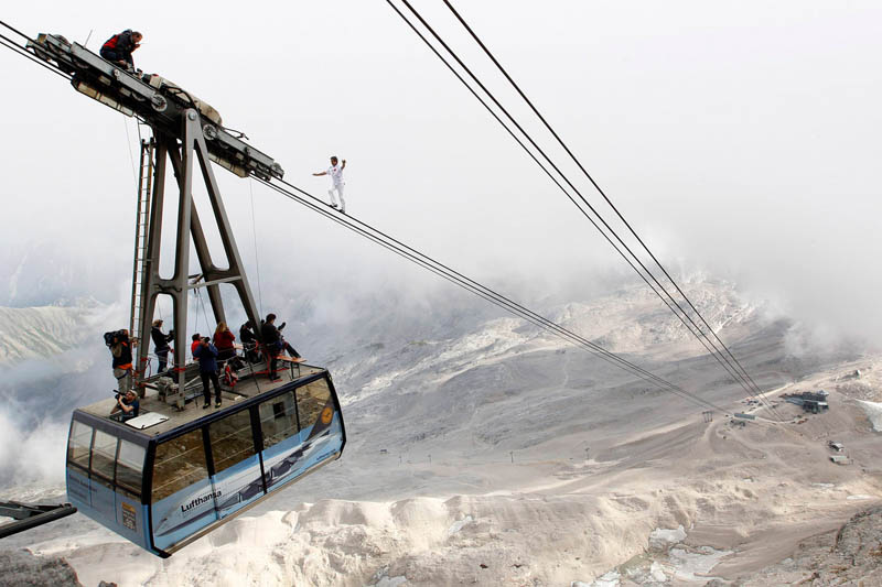 freddy nock scales cable car wire zugspitze mountain bavaria Picture of the Day: The Definition of Extreme