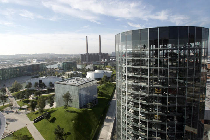 austadt vw car tower germany 3 Volkswagens 800 Vehicle Car Towers in Germany