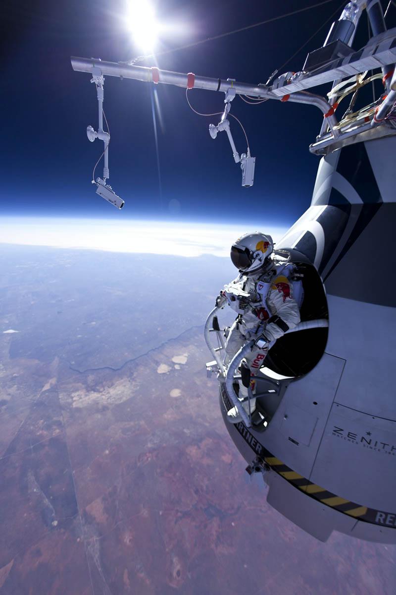 felix baumgartner jumps 71580 ft red bull stratos 1 Picture of the Day: Felix Baumgartner Jumps From 71,580 Feet