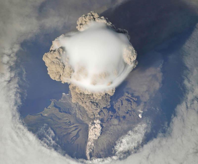 pileus cloud sarychev peak eruption 15 Incredible Cloud Formations