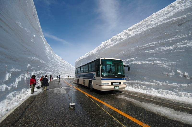 tateyama kurobe alpine route snow corridor 20 meters 65 ft walls 1 The 65 Foot (20m) Snow Corridor in Japan