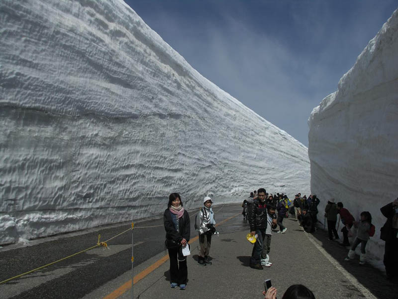 tateyama kurobe alpine route snow corridor 20 meters 65 ft walls 3 The 65 Foot (20m) Snow Corridor in Japan