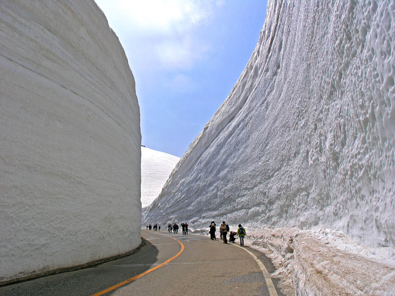 tateyama kurobe alpine route snow corridor 20 meters 65 ft walls 5 The 65 Foot (20m) Snow Corridor in Japan