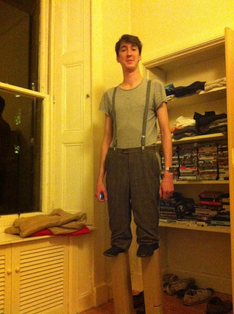 7 footer tall guy goes as short guy on stilts halloween costume Picture of the Day: 7 Footer Goes as Short Guy on Stilts for Halloween
