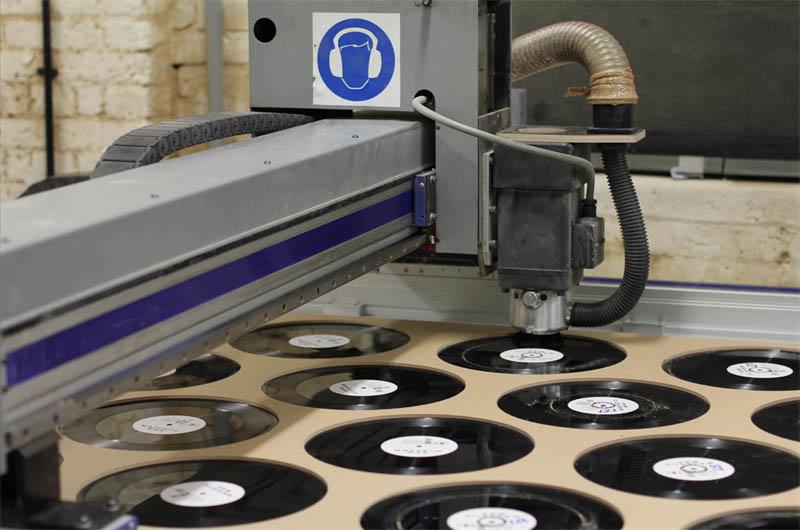 benga i will never change music video vinyl soundwave by us 6 Music Video Recreates Waveform Using 960 Vinyl Records