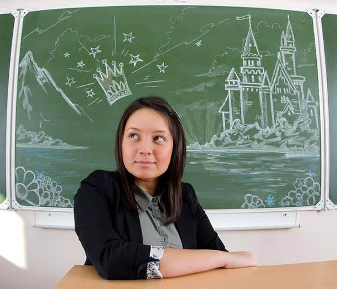 creative yearbook portraits photos chalk drawing on board 11 16 Really Creative Yearbook Portraits