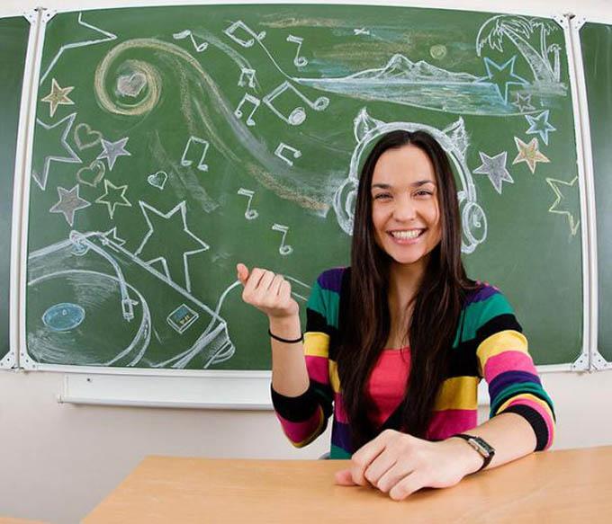 creative yearbook portraits photos chalk drawing on board 2 16 Really Creative Yearbook Portraits