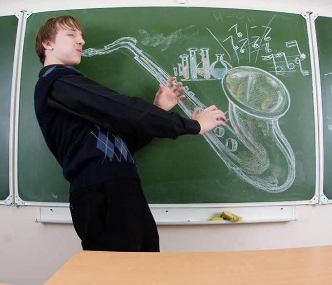 creative yearbook portraits photos chalk drawing on board 3 16 Really Creative Yearbook Portraits