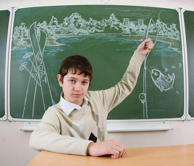 creative yearbook portraits photos chalk drawing on board 4 16 Really Creative Yearbook Portraits