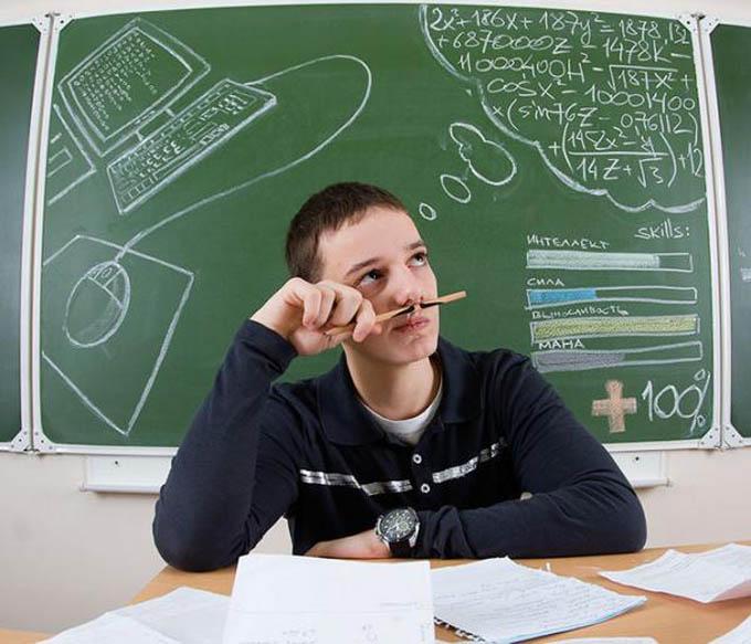creative yearbook portraits photos chalk drawing on board 6 16 Really Creative Yearbook Portraits