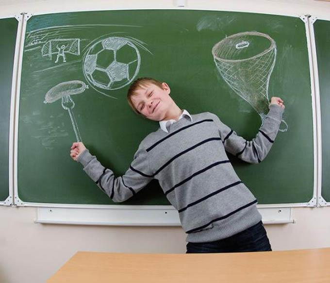 creative yearbook portraits photos chalk drawing on board 8 16 Really Creative Yearbook Portraits