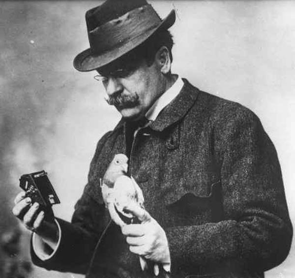 julius neubronner with pigeon and camera 1914 The History of Pigeon Camera Photography