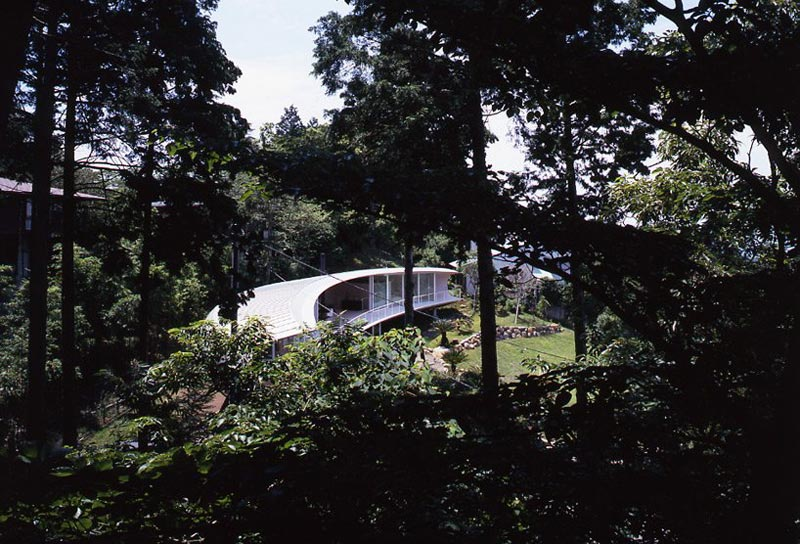 crescent house by shigeru ban architects 10 Crescent Shaped Home with Views of Mt. Fuji