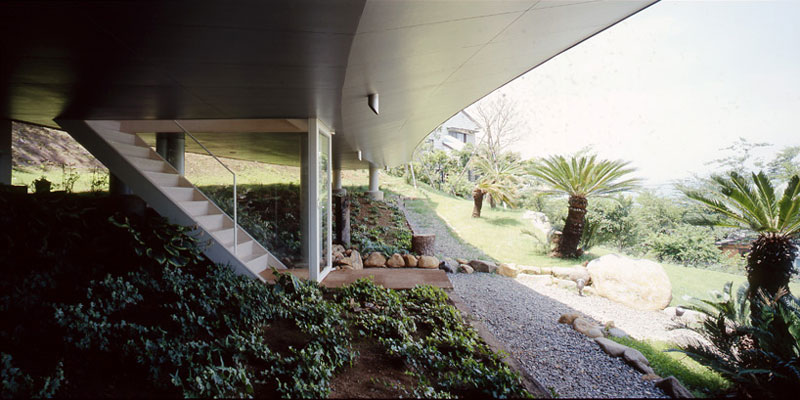 crescent house by shigeru ban architects 2 Crescent Shaped Home with Views of Mt. Fuji