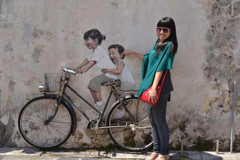 interactive street art painted kids on wall riding real bike armenian street george town malaysia ernest zacharevic 3 This Interactive Street Art in Malaysia is Brilliant