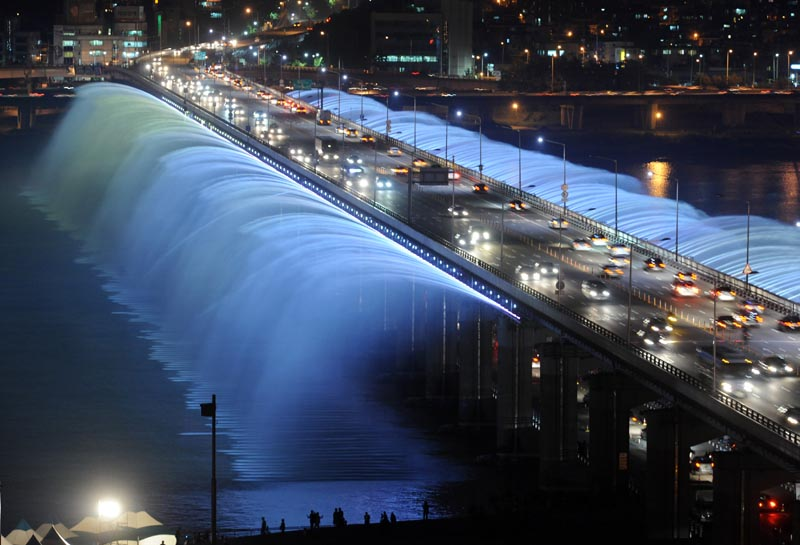 picture of the moonlight rainbow bridge fountain in seoul south korea, the longest in the world