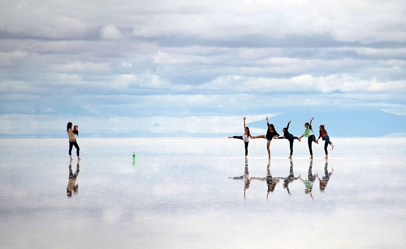 reflection pictures at salar de uyuni worlds largest salt flat by takaki watanabe 7 Reflective Beauty at the Worlds Largest Salt Flat [10 pics]