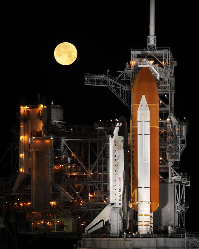 space shuttle discovery under a full moon 03 11 09 The 2011 Wikimedia Commons Pictures of the Year