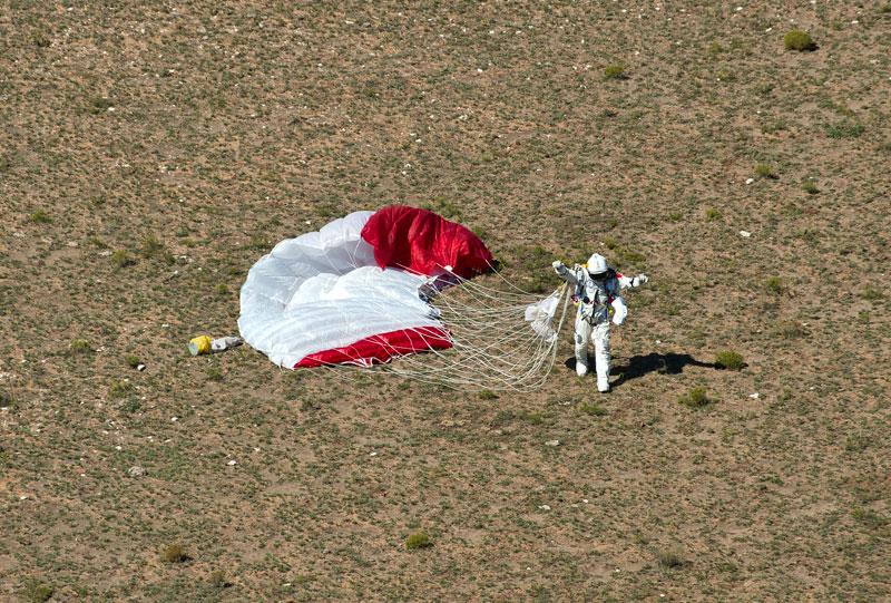 red bull stratos felix baumgartner space jump 2 21 Epic Photos of the Red Bull Stratos Space Jump