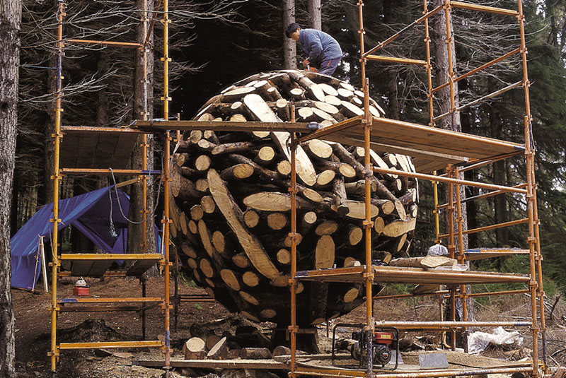 giant wooden spheres lee jae hyo sculptures 2 Colossal Wooden Spheres Made from Interlocking Wood