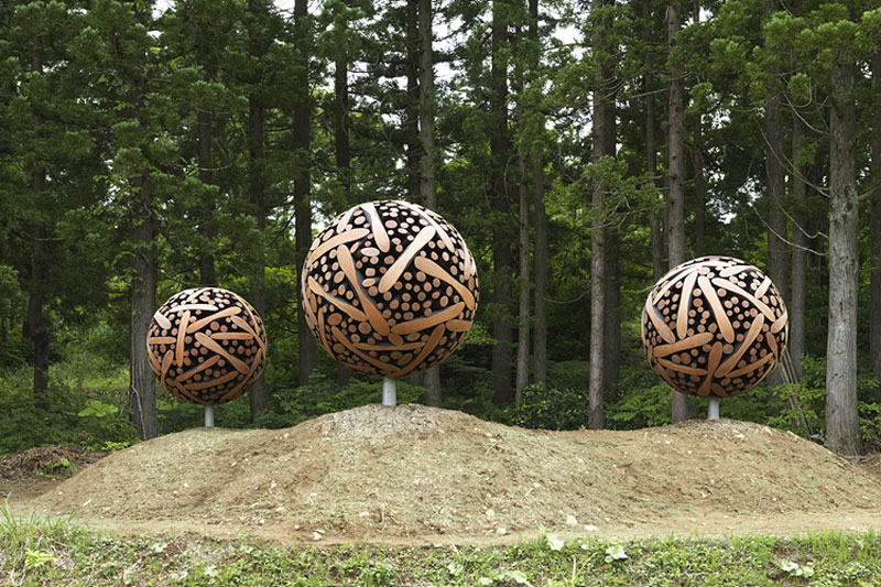 giant wooden spheres lee jae hyo sculptures 8 Colossal Wooden Spheres Made from Interlocking Wood